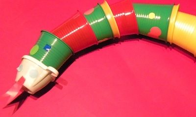 Un drac fet amb gots de plàstic
