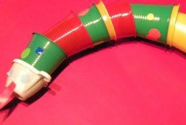 dragón con vasos de plástico