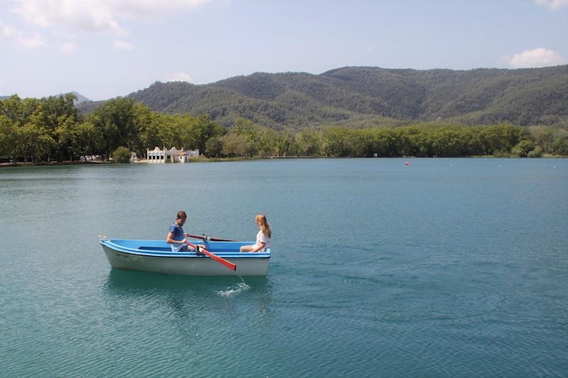 con niños en el lago de banyoles