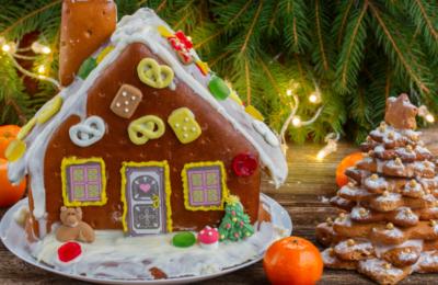 casita de Navidad con galletas y golosinas